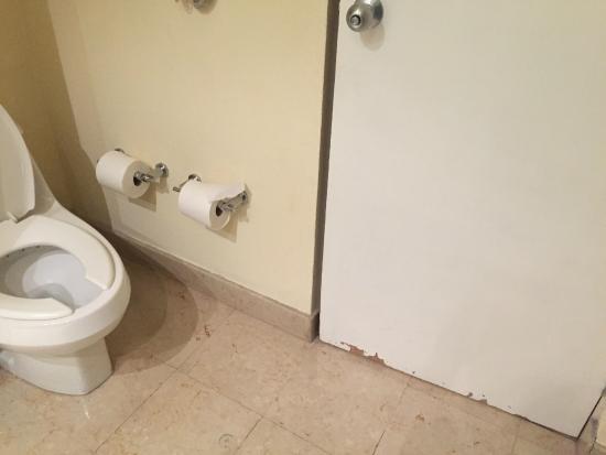 Camino Real Pedregal: baño maltratado