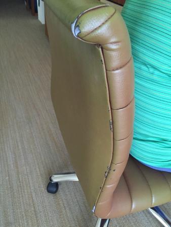 Camino Real Pedregal: silla del escritorio rota