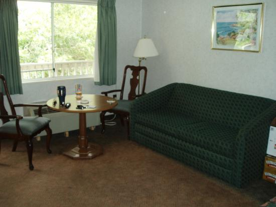 Town 'n Country Motor Lodge: Sitting Area with Table & Chairs