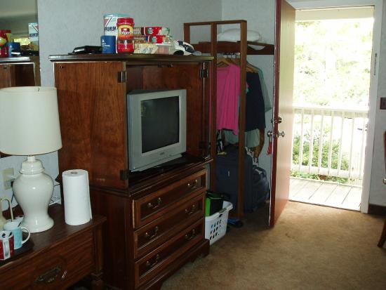 Town 'n Country Motor Lodge: TV and Closet behind Door