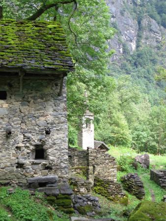 Cevio, Suiza: Houses and ruins at La Presa