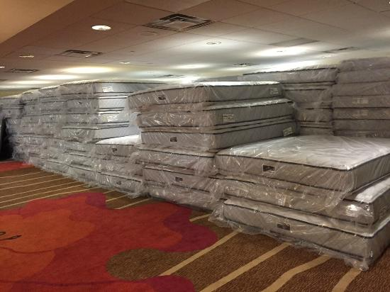 Hilton Garden Inn Pittsburgh University Place: New Serta Perfect Sleeper Mattress Delivery! In ALL rooms by Friday, 8/21!