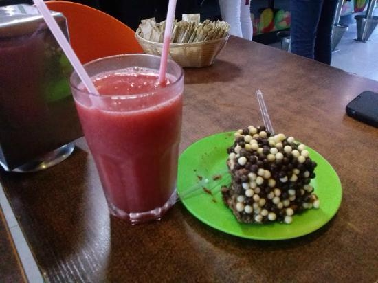 Bonde Sucos: Suco de morango e torta