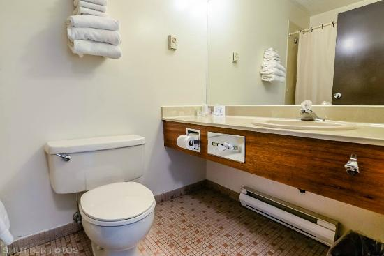 Knights Inn: In room washroom. Includes a bathtub,shower,toilet and sink