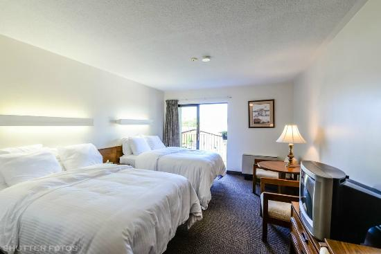 Knights Inn: All of our room include 2 double beds as shown and have a patio or balcony that face the pool