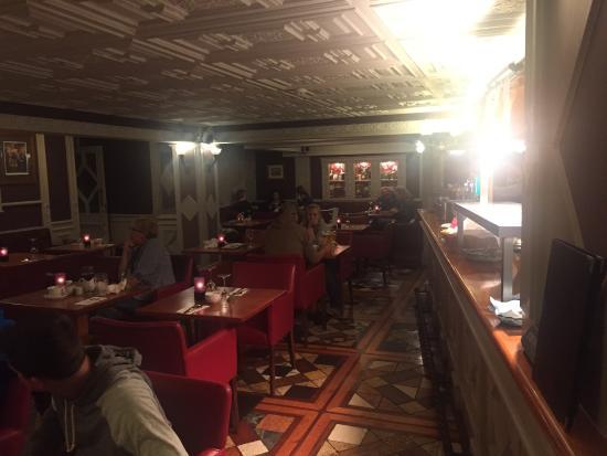 Eetzaal en aanzicht bar en open keuken picture of cons bar and