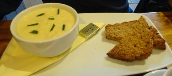 Olde Bakery Restaurant & Bar : seafood chowder and brown bread