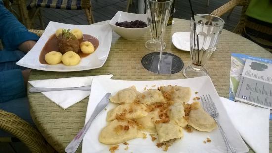 Maska Pub: dos platos tipicos polacos, uno como unas pastas rellenas y el otro como un matambre relleno