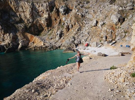 Cres, Kroasia: viene from the trail above the beach