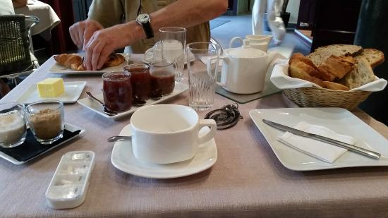 Muret-le-Chateau, France: Le petit déjeuner