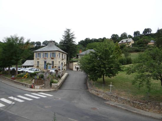 Muret-le-Chateau, France: La petite mairie face à l'hôtel