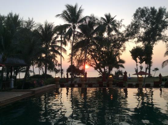 JW Marriott Phuket Resort & Spa: Beach Sunset View, at the edge of the infinity pool