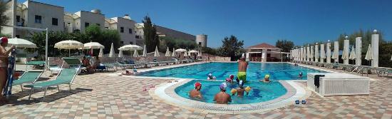 Torre Santa Sabina, Italia: panoramica piscina