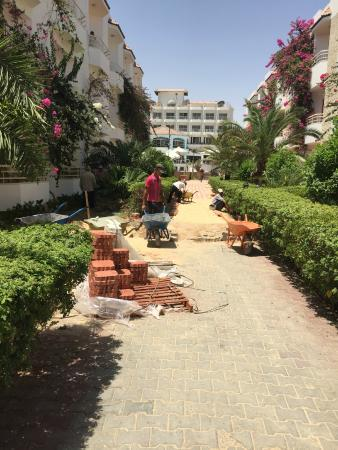 MinaMark Beach Resort: Workmen building path during the day led to extremely noisy and disruptive atmosphere