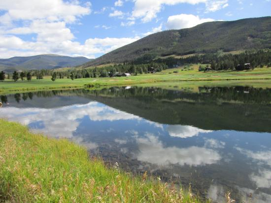 Keystone Ranch Resort: View of clubhouse across pond.