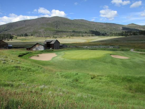 Keystone Ranch Resort: 5th green with old ranch buildings