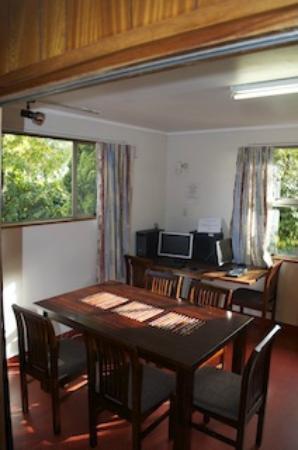 Flaming Kiwi Backpackers: common area