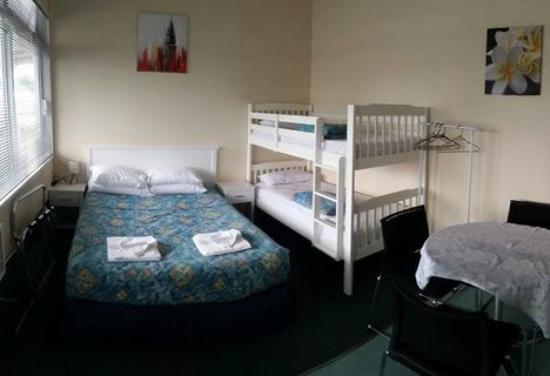 Whangateau Holiday Park: Ensuite unit bedding arrangements