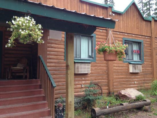 Montana Pines Motel: Montana Pines entrance -- welcome to hospitality!