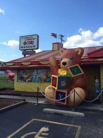 Branson, Missouri: Dennis is there to help you!  Staff is super friendly!  Have Fun!