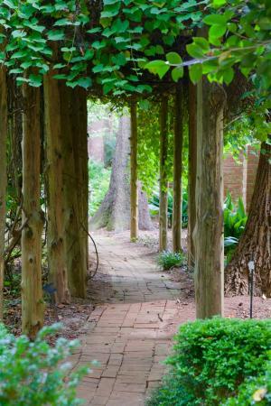 Walkway picture of wing haven garden and bird sanctuary - Wing haven gardens and bird sanctuary ...