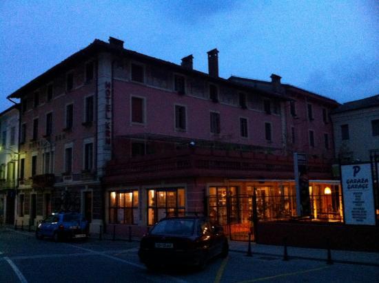Hotel Krn: Het hotel in de avond (mei 2014)