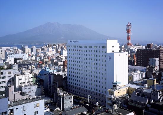 Sun Days Inn Kagoshima: ホテル全景+桜島
