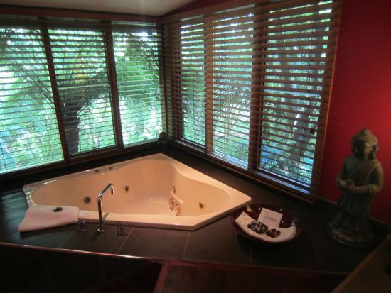 Linden Gardens Rainforest Retreat: Spa bath