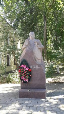 Monument to the USSR People's Doctor A.R. Dovzhenko