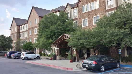 Staybridge Suites Austin NW: entrance on stonelake blvd