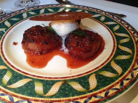 La Vieille Auberge: Pêches roties, coulis d'abricot et glace vanille, un delice !