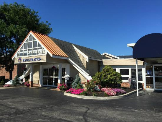 BEST WESTERN Merrimack Valley: Entrance and reception outside view