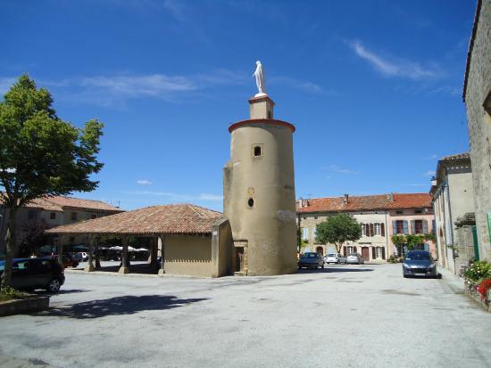 Saint-Felix-Lauragais, Fransa: st felix market square and statue