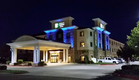 Holiday Inn Express Texarkana: Facade at night