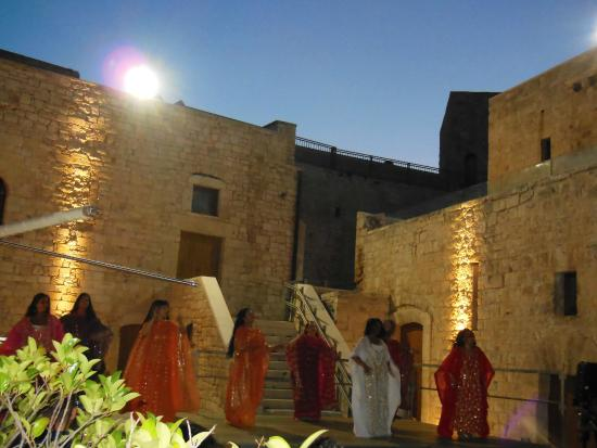 Sannicandro di Bari, Италия: esibizione tenutasi nella corte del castello