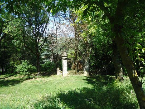 Saint-Felix-Lauragais, Fransa: garden near st felix ramparts