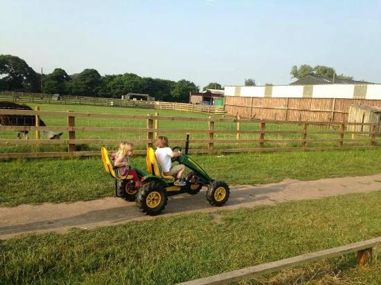 Burscough, UK: Peddle john deere offroad karts