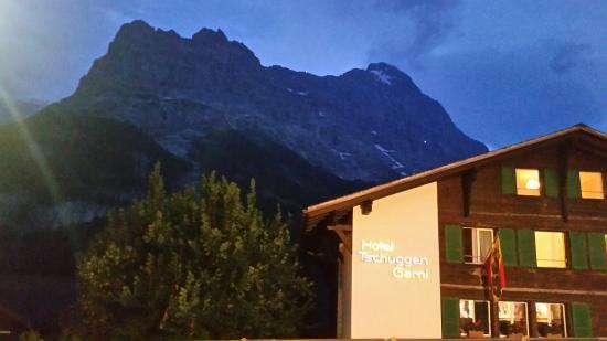 Hotel Tschuggen: L'hôtel vu de la rue attenante et, derrière, l'Eiger