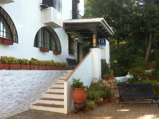 El Escudo de Mijas : Entrada hotel en una calle preciosa