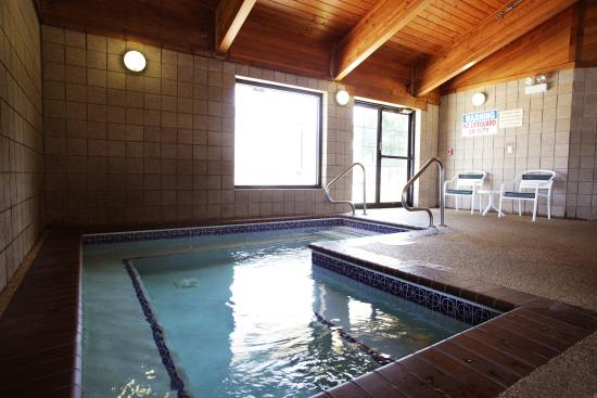AmericInn Lodge & Suites Okoboji: Large Whirlpool Located in Pool area