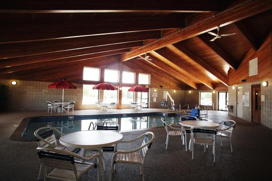AmericInn Lodge & Suites Okoboji: Large Pool Area with Outside Patio Access