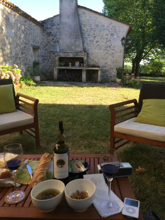 Belves-De-Castillon, França: A comfortable nook for pre-dinner snacks