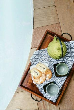 Shoji Retreats: Tub side tea service with locally blended tea and Japanese rice crackers