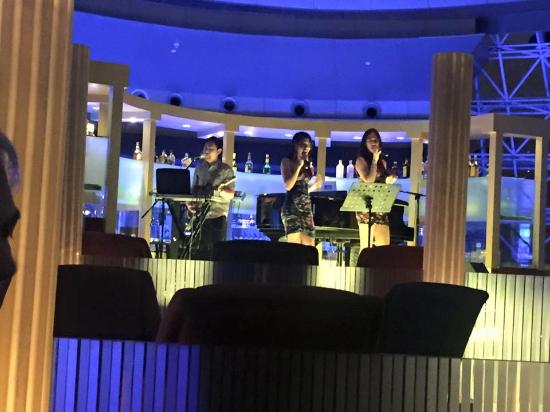 Radisson Blu Hotel Shanghai New World: Band in Sky Dome Bar