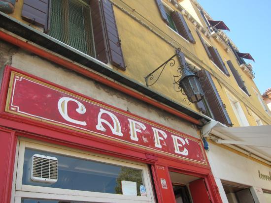 "Il Caffe (aka Caffe Rosso): Türschild des ""Il Caffè"""