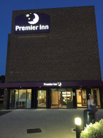 Premier Inn London Dagenham Hotel: Hotel grounds and parking
