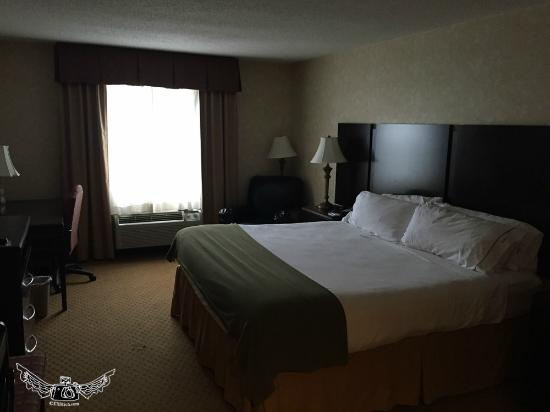 Holiday Inn Express Prince Frederick: old worn King room