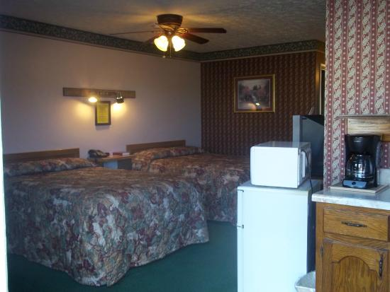 Bay Springs Country Inn & Campground: Semi Kitchenette - Queen & Full Beds