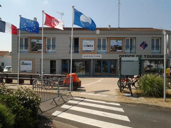 Plage de fromentine avec vue sur le pont de noirmoutier - Office de tourisme de chaudes aigues ...