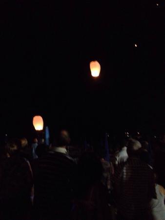 Hotel Eden: Lancio delle lanterne dalla spiaggia la notte di ferragosto
